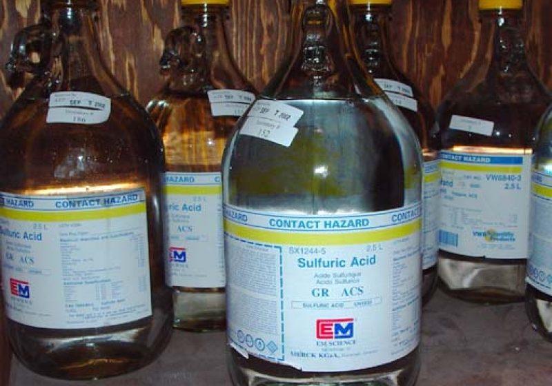 Elevul unei școli din Desești a fost stropit cu acid sulfuric