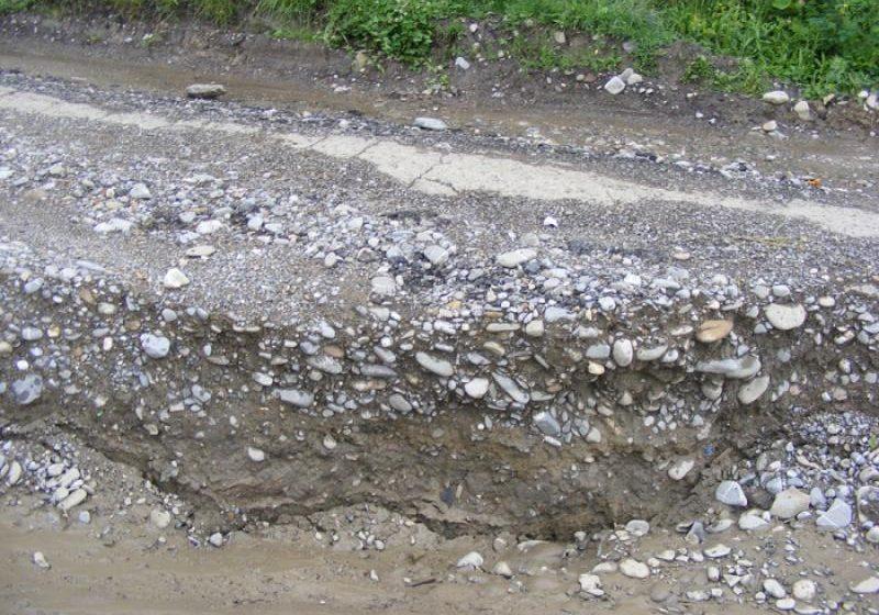 Alunecări de teren şi scurgeri de pe versanţi pe drumurile judeţene