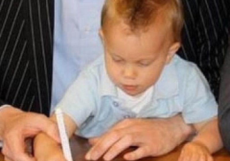 Un băieţel de un an şi jumătate a semnat un contract de profesionist