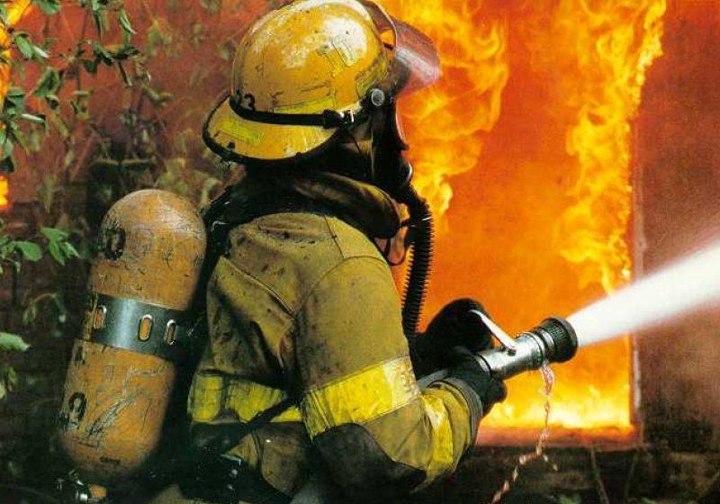 Din cauza unui incendiu, o familie din Văleni a rămas pe drumuri