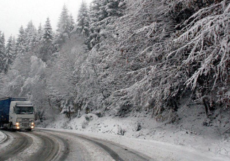 În Pasul Prislop se circulă în condiţii de iarnă,  iar vizibilitatea este redusă sub 50 de metri