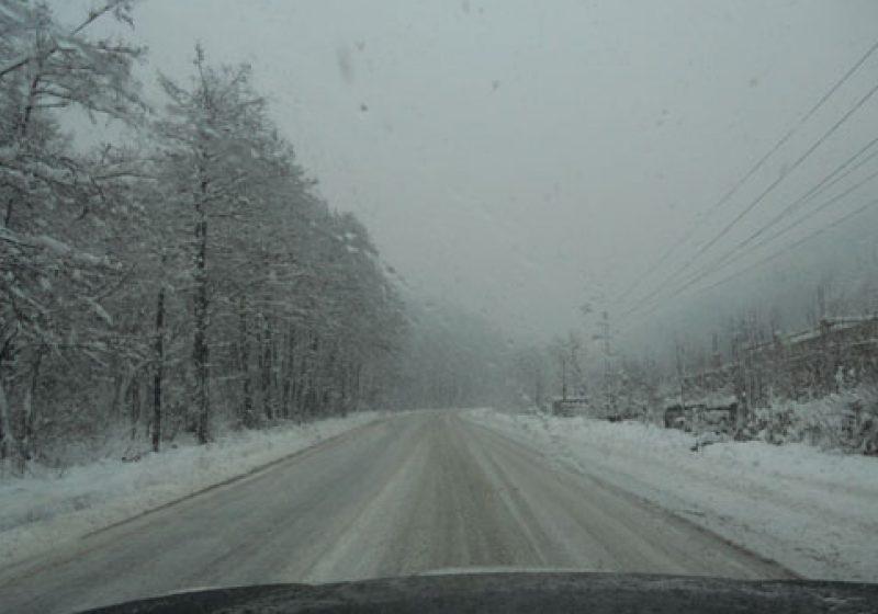 Ninge abundent în Pasul Roata, în zona pârtiilor de schi de la Cavnic, iar vizibilitatea este redusă