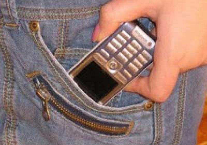 Un tănăr din Baia Mare a furat trei telefoane mobile dintr-o bază turistică