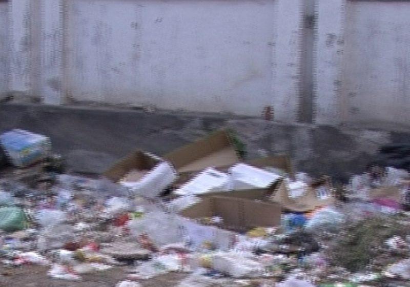 Mormane de gunoaie zac într-un gang din centrul oraşului Sighetul Marmaţiei