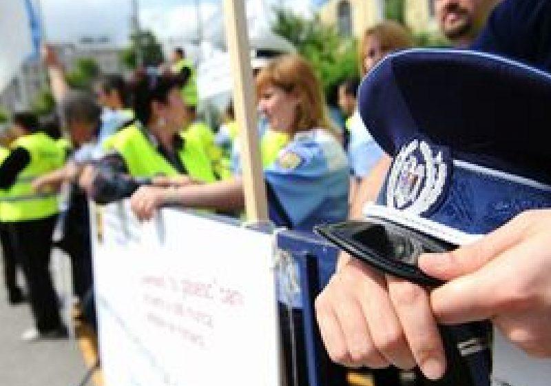 Poliţiştii au protestat în Piaţa Constituţiei, cerând renunţarea la disponibilizări