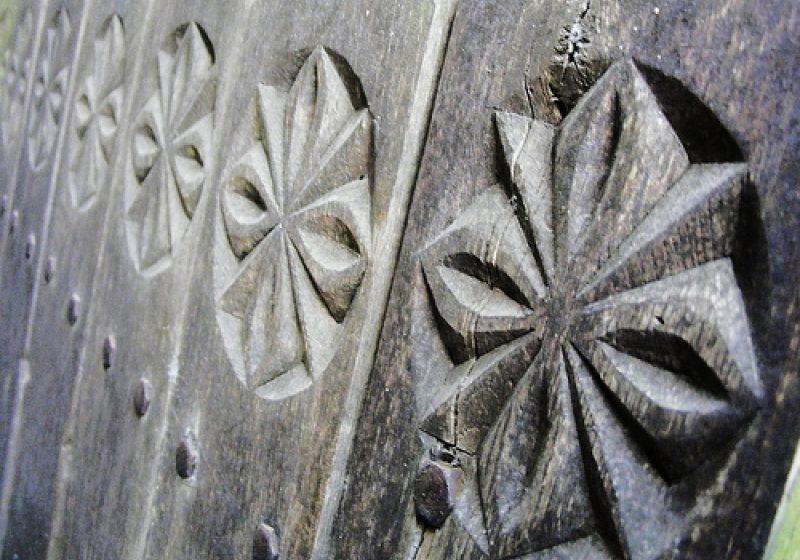 Un sighetean in varsta de 66 de ani isi asigura traiul zilnic din sculpturile pe care le realizeaza din lemn