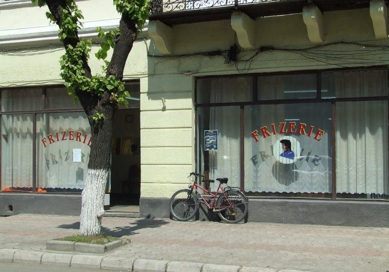 Una dintre cele mai vechi frizerii din Sighet se mută în casă nouă