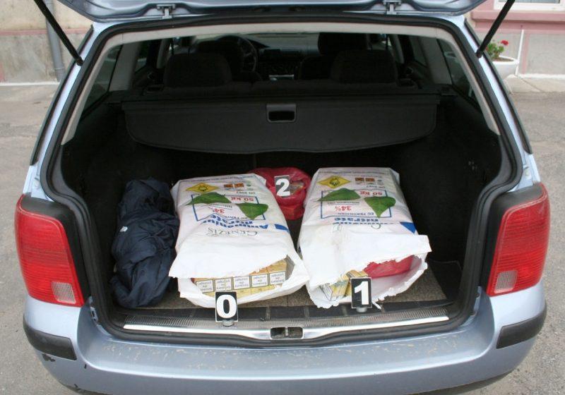 550 pachete de țigări provenite din magazine duty free, au fost descoperite de poliţişti în maşina unui sătmărean