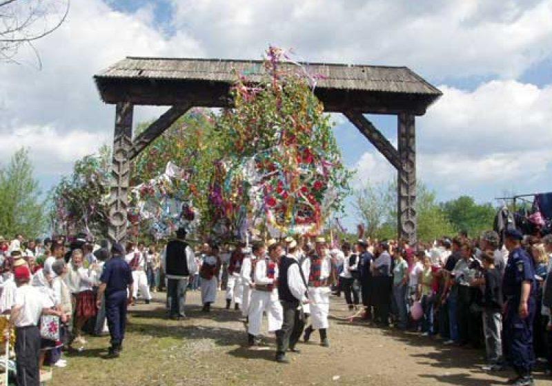 Sute de oameni au celebrat Tânjaua de la Hoteni