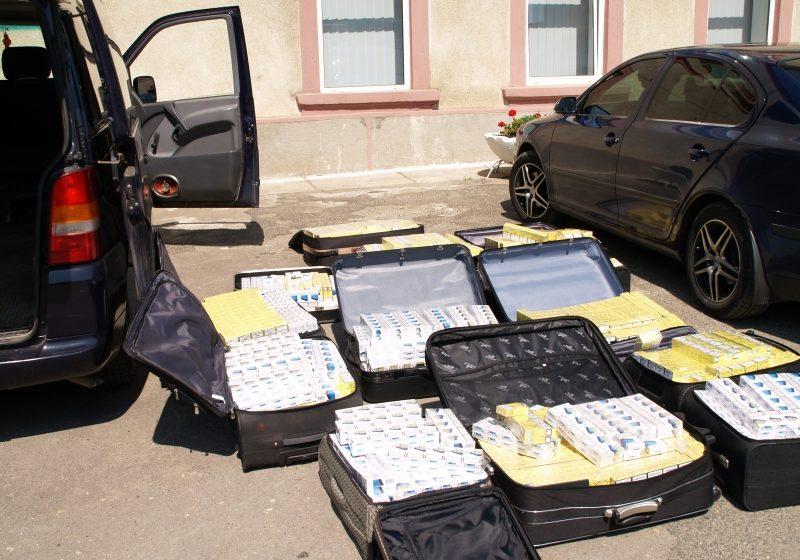 10.000 pachete de ţigări ascunse în valize și podeaua mașinii, descoperite de poliţişti la un cetăţean maghiar