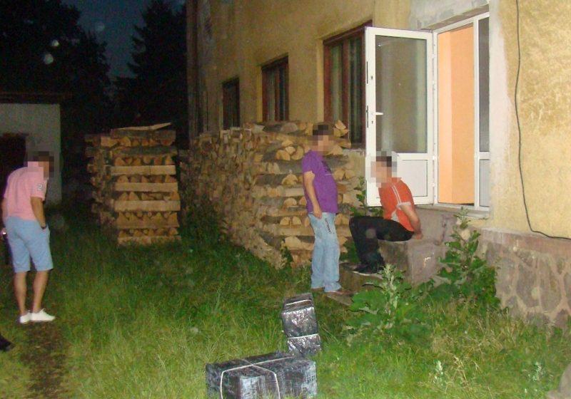 În spatele unui imobil din localitatea Sighetu Marmaţiei, poliţiştii de frontieră au descoperit două colete ce conţineau 20 000 de ţigarete de contrabandă