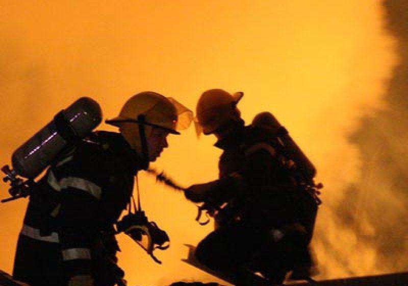 Un incendiu a mistuit o hală de depozitare din Sarasău