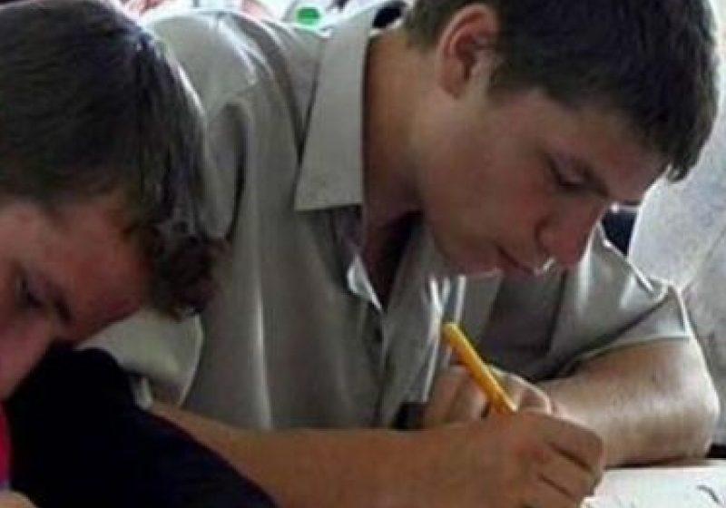 Absolvenţii de liceu au mai trecut azi de o etapă a Bacalaureatului: proba la limba maternă