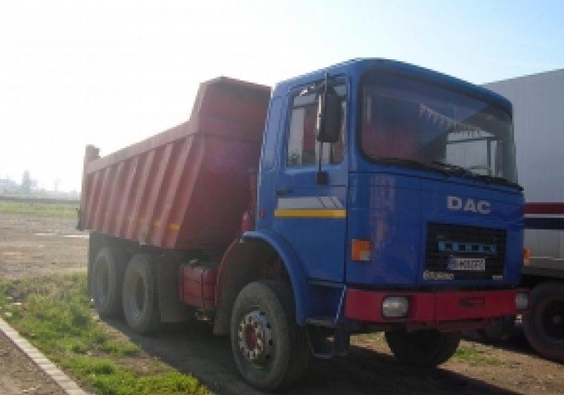 O raba incarcata cu nisip a fost implicata ieri dupamasa intr-un incident rutier la Cavnic