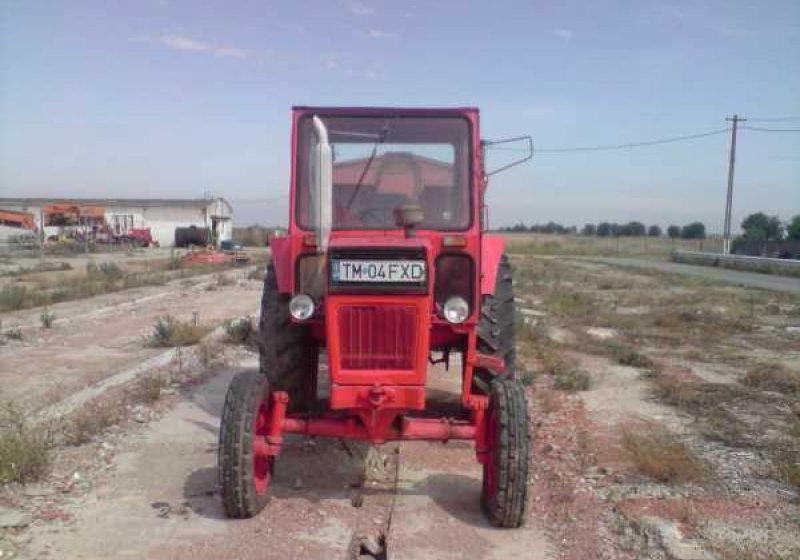A dorit să încerce cum funcţionează un tractor agricol şi a ajuns la spital