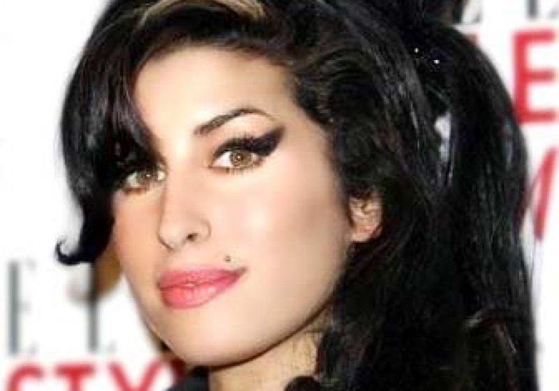 Amy Winehouse a murit