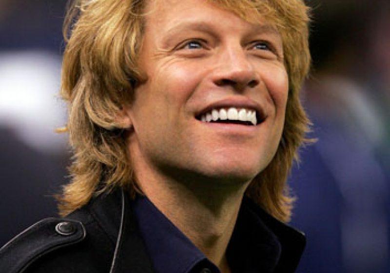 """Concertul trupei Bon Jovi a început cu piesa """"Raise Your Hands"""". Aproximativ 50.000 de fani sunt prezenţi în Piaţa Constituţiei"""