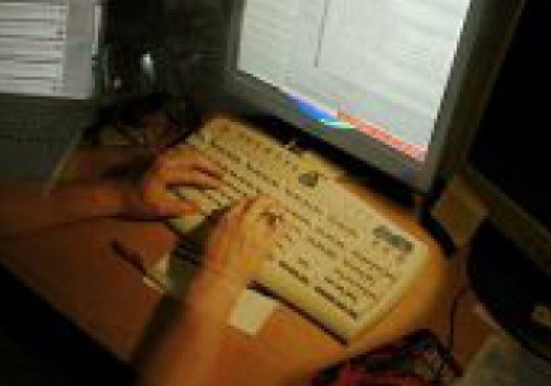 SOS:Mediul online prezintă riscuri însemnate pentru tineri