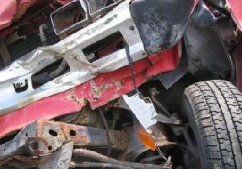 Un tănăr sighetean s-a urcat la volan băut şi fără permis de conducere, a pierdut controlul volanului şi a intrat într-un indicator rutier