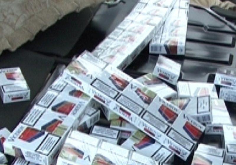 Aproape 300 pachete de ţigări de contrabandă au fost identificate de către poliţişti în urma unei percheziţii efectuate la Dragomireşti