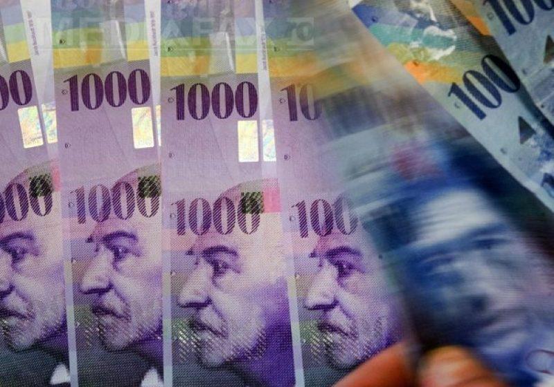 Aproape jumătate dintre românii care au luat credite nu au comparat ofertele băncilor