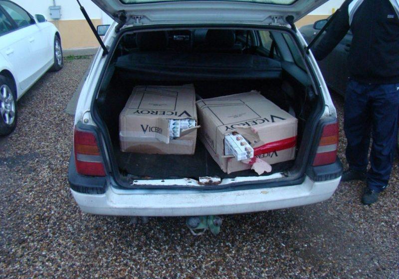 1.000 pachete de ţigări ascunse într-o maşină