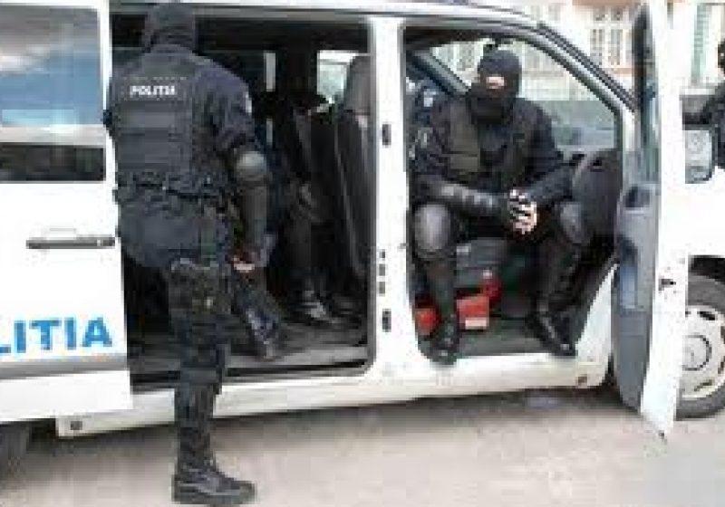 Mandate de reţinere pentru 5 traficanţi