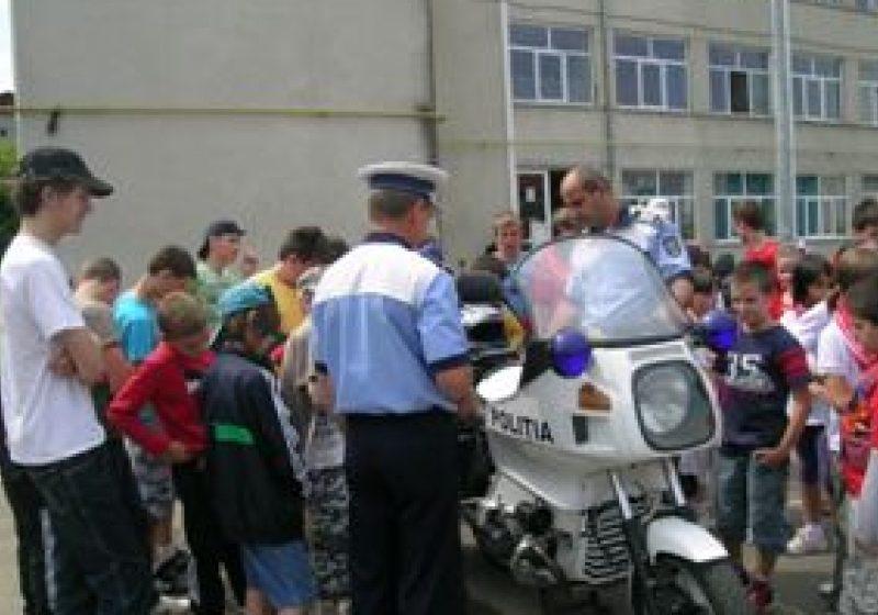 Poliţiştii alături de copiii maramureşeni în cadrul Proiectului Poliţiştii-prietenii în uniformă ai copiilor