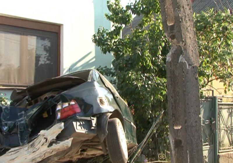Din cauza vitezei excesive, un şofer din Sighet s-a înfipt cu maşina în gardul unui imobil de pe strada Nicolae Grigorescu din Sighet