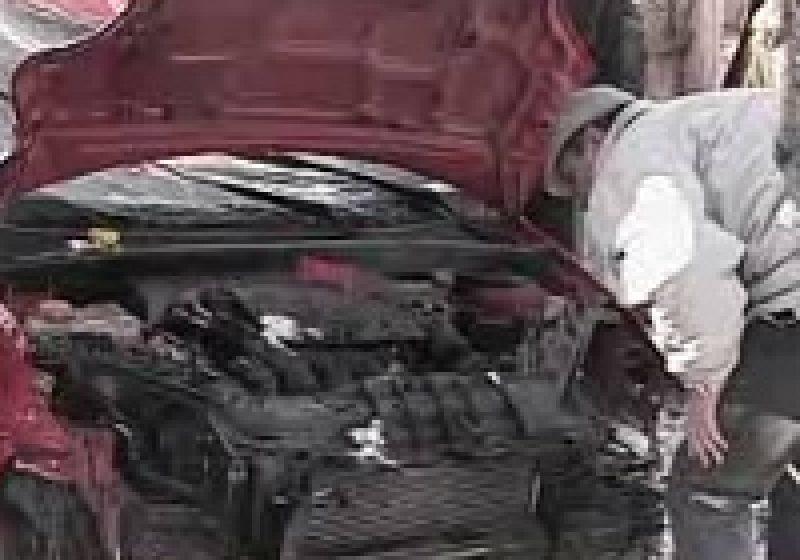 Un borşean s-a accidentat grav după ce a plonjat cu maşina în gardul unui imobil
