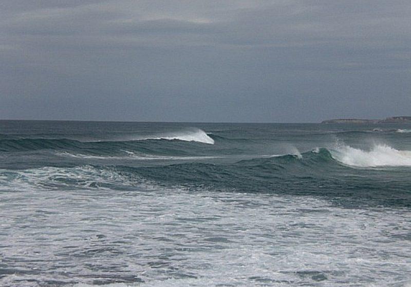 Valuri înalte şi curenţi puternici pe litoral. Un tânăr a murit înecat în mare şi doi copii au fost salvaţi în ultimul moment