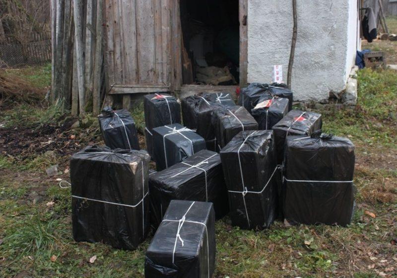 27 baxuri cu ţigări confiscate in urma unei perchezitii domiciliare in Maramureş