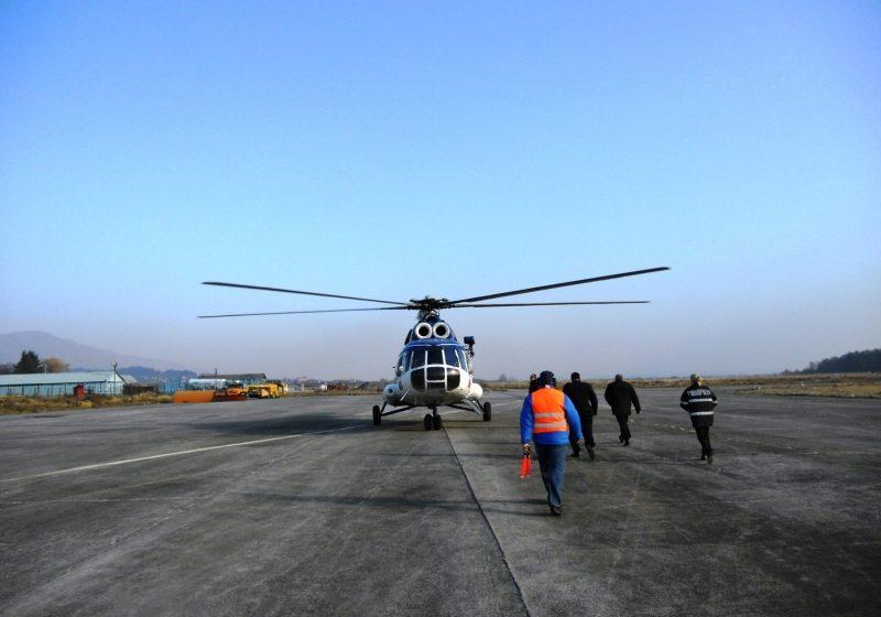 Elicopterul MAI continuă acţiunea de stingere a incendiilor de pe Valea Chiuzbăii şi Valea Şerpoaia