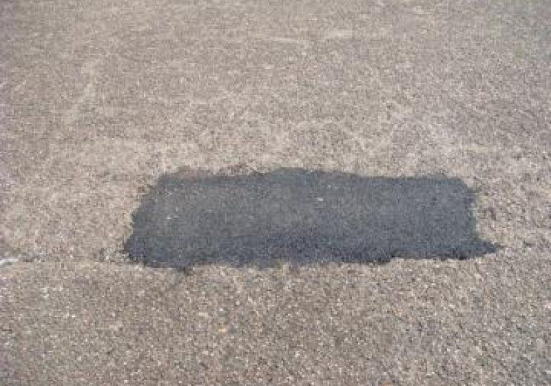 SIGHET: Nici nu s-a turnat bine proaspătul covor asfaltic, că s-a trecut la peticirea lui