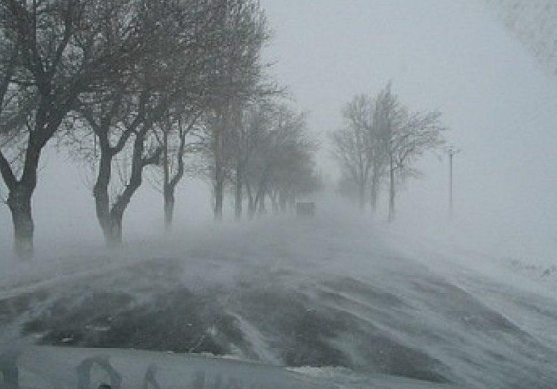 Maramureş: Gheaţă şi polei pe DJ 184, DJ 185 şi DJ 109F. Vizibilitate redusă sub 100 de metri în Pasul Prislop