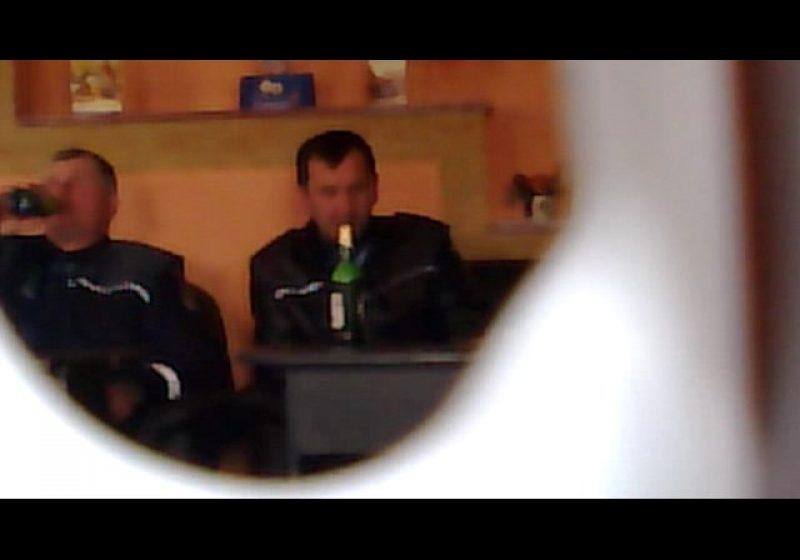 Maramureş: Doi poliţişti surprinşi la bere, într-o crâşmă din Berinţa