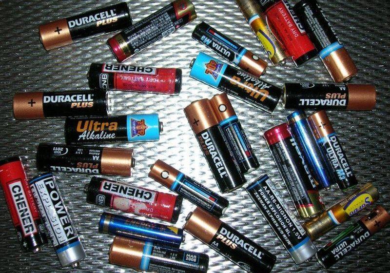 Doi români, cercetaţi în Italia pentru că transportau 1.000 de baterii uzate, din care curgea acid