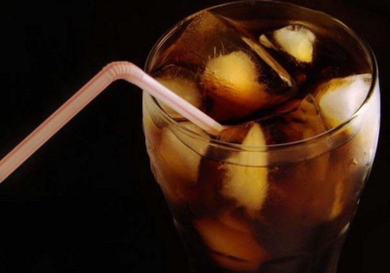 Cât trebuie să alergi pentru a consuma caloriile pe care le conţine un pahar de Coca-Cola