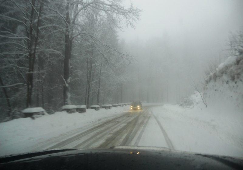 Maramures: Vizibilitate redusă de ceaţă în Pasurile Gutâi şi Prislop! Polei pe drumurile judeţene de la Cavnic!