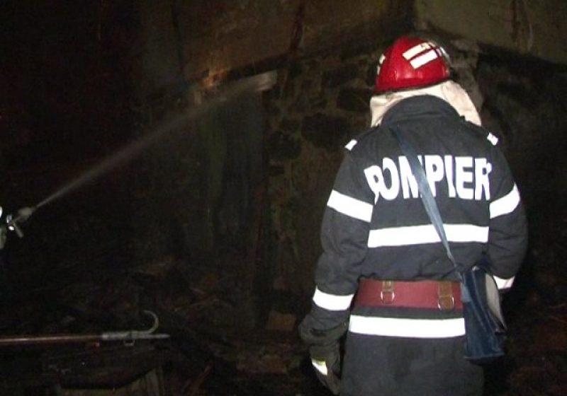 Baia Mare: O casă părăsită a ars aproape în totalitate după o joacă a unor copii cu focul