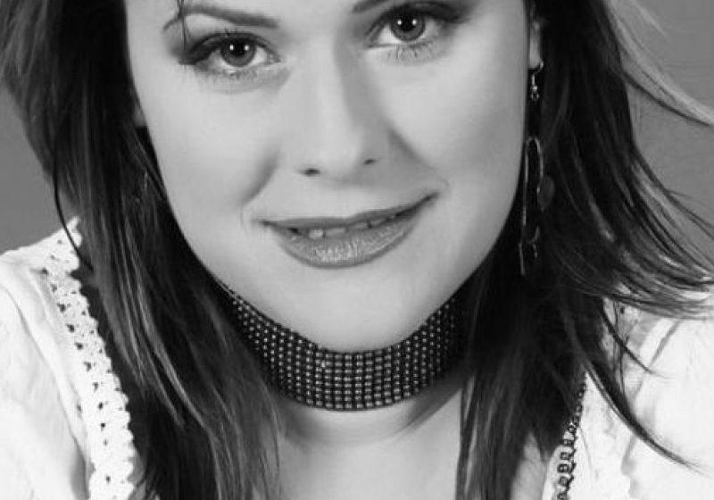 Mălina Olinescu a murit. Cântăreaţa a căzut de la etajul şase al blocului în care locuia