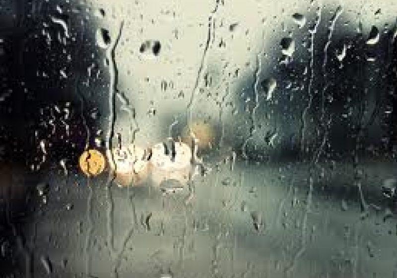 Plouă în tot judeţul, carosabilul sectoarelor de drumuri publice este umed