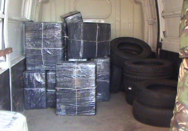 Ţigări de contrabandă descoperite într-un autoturism