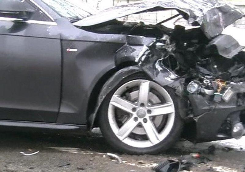 Baia Mare: Partea din faţă a unui Audi s-a distrus în totalitate în urma unei ciocniri violente cu un autoturism Dacia Solenza