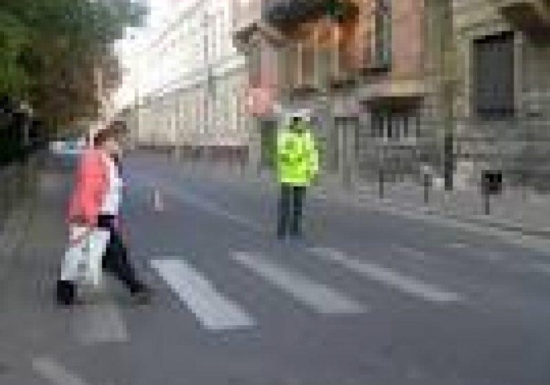 Un băiat de 9 ani, neatent, a traversat strada neregulamentar şi norocul a făcut să nu fie accidentat grav