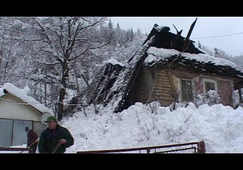 Cavnic: SUB NĂMEŢI – Locuitorii sapă tranşee pentru a putea ieşi din case. Două acoperişuri s-au prăbuşit din cauza zăpezii