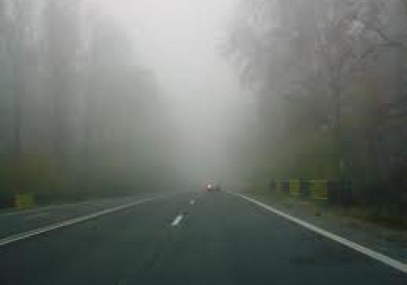 Vizibilitate redusă de ceaţă în Pasurile Gutâi şi Prislop!  Polei pe DJ185, Dealul Vălenilor