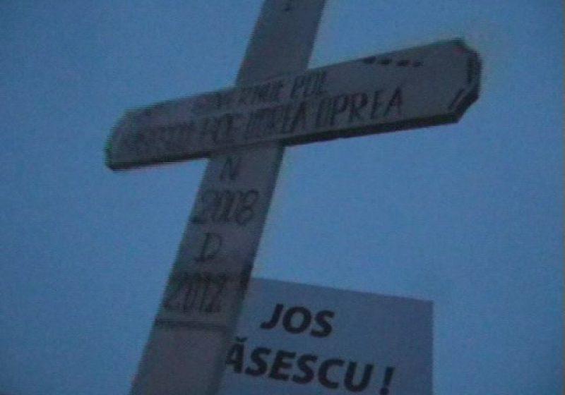 Baia Mare: A patra zi de proteste. Băimărenii au adus în Piaţa Revoluţiei crucea lui Traian Băsescu şi a Guvernului Boc