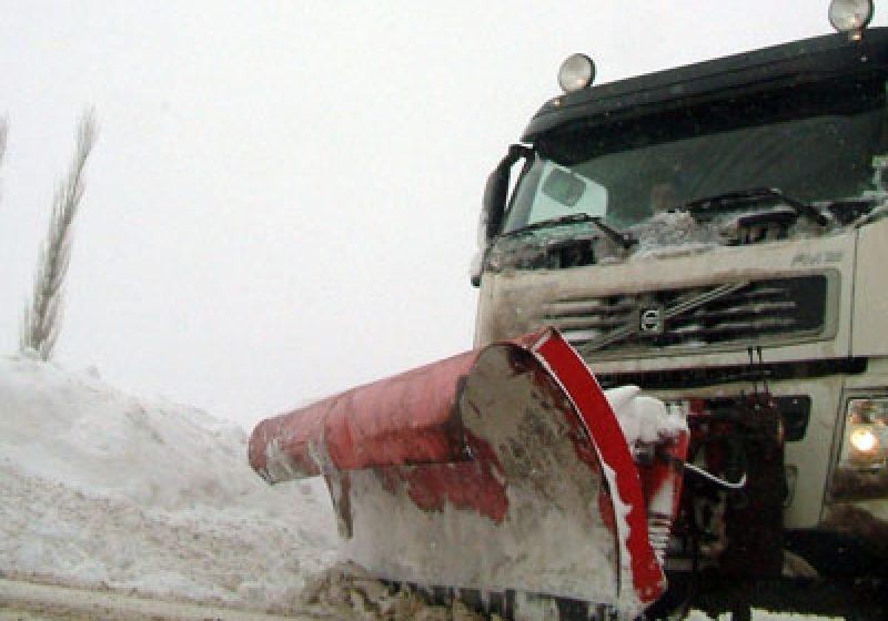 Atenţie şoferi! Păstraţi în trafic o distanţă faţă de autovehiculele de intervenţie la deszăpezire