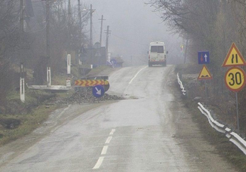 De doi ani de zile se amână reabilitarea unei porţiuni de carosabil care îngreunează mult traficul pe DN 19 în apropiere de localitatea Săpânţa